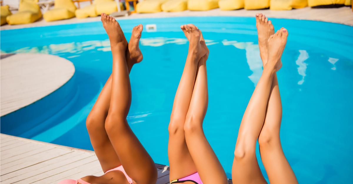 tres chicas tumbadas en una piscina con las piernas levantadas