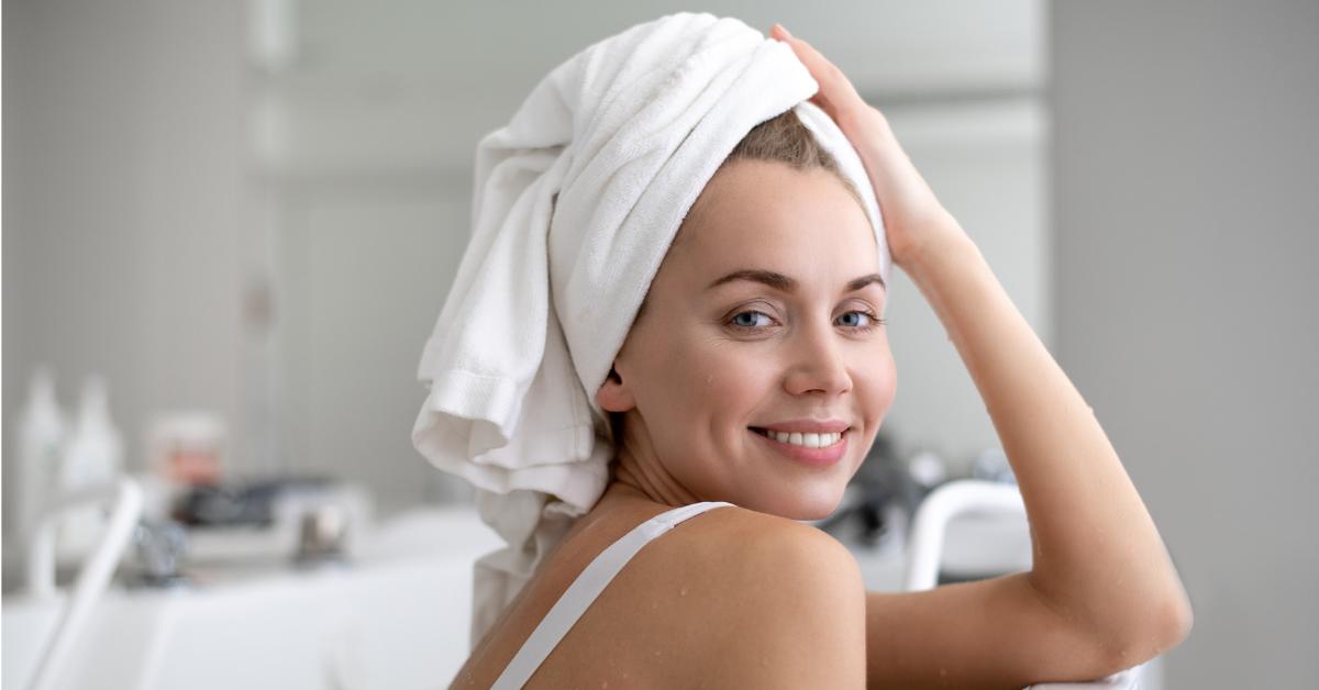 Chica-despues-ducha-toalla-en-la-cabeza