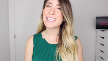 Lucia Castells influencer profesional sale mirando a camara con una camiseta verde y el pelo suelo le cae por un hombro hacia delante es rubio por las puntas y se oscurece cuanto mas se acerca a la cabeza en su sonrisa amplia se nota que esta hablando