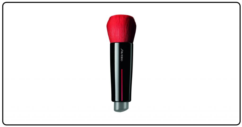 brocha de maquillaje corta y con el pincel muy grueso la base es negra y el pincel rosa fucsia