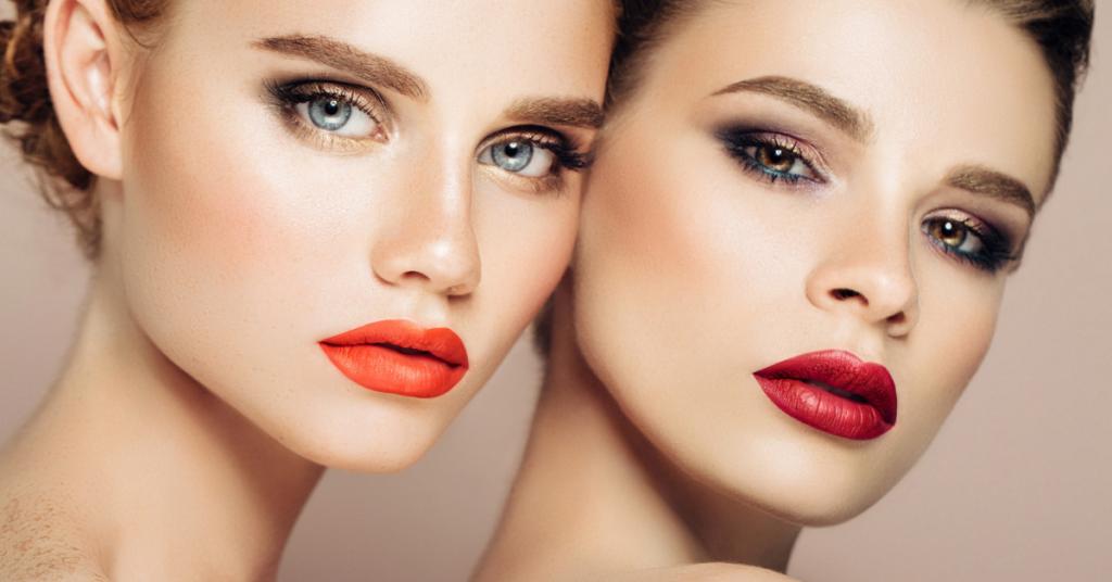 dos chicas jovenes con las cabezas apoyadas y perfectamente maquilladas miran a camara series