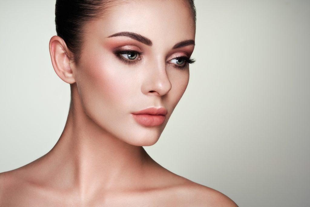 chica joven y guapa con un rostro impecable y un maquillaje perfecto con sombras rosas
