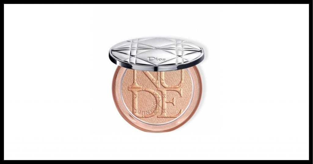 iluminador en polvo en un recipiente con espejo plateado por fuera, el maquillaje tiene en relieve las letras de la palabra dior
