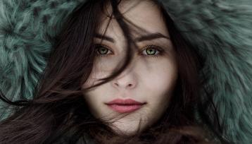 primer planto del rostro de chica joven con un gorro de pelo color verde
