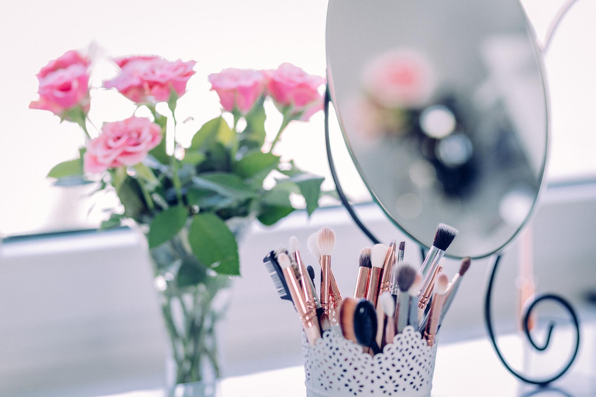 makeup-2589040_1920