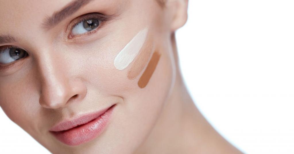 perfil de una chica joven con tres muestras de maquillaje en la cara