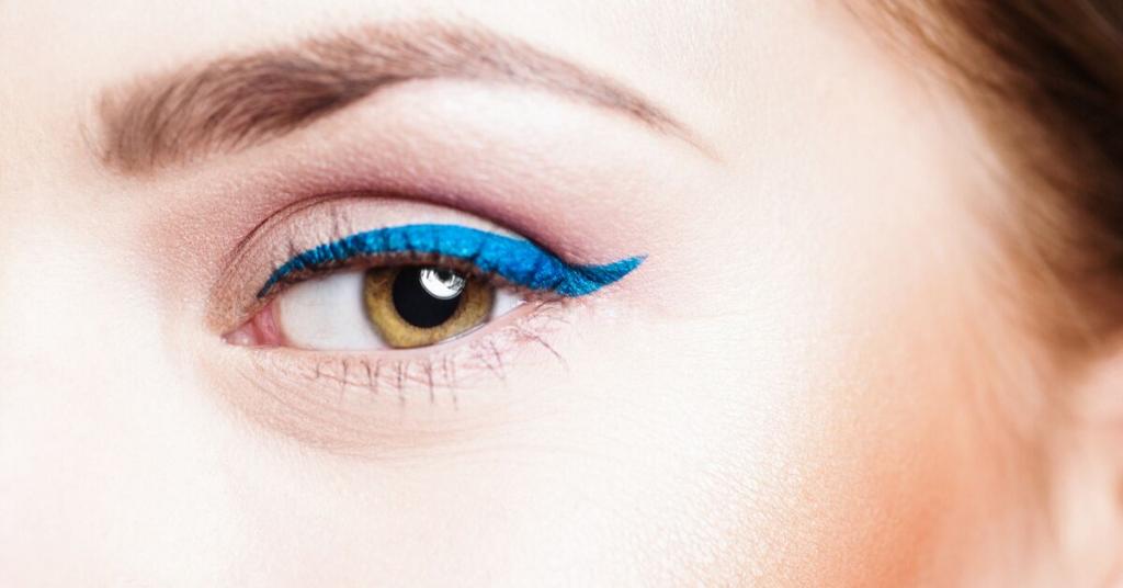 ojo de mujer maquillado con eyeliner azul