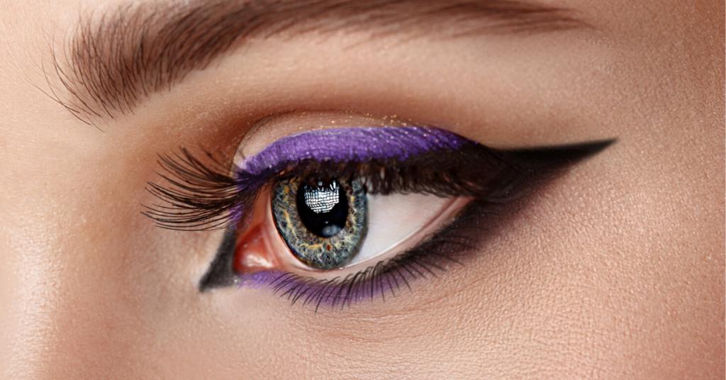 Primer ojo de mujer con maquillaje - flecha negra y lila