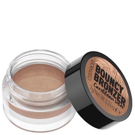iluminador bronceado color marrón oscuro en recipiente redondo y trasparente con tapón negro y pegatina marrón con el nombre del producto y de la marca Catrice