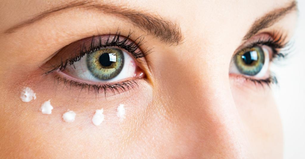 Cuidar la piel alrededor de los ojos. Primer plano de la foto.