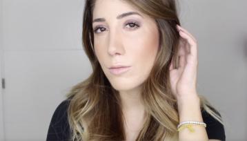 Lucia Castells muestra su maquillaje a cámara para mostrar uno de los dos looks que puede hacer con una sola paleta de sombras